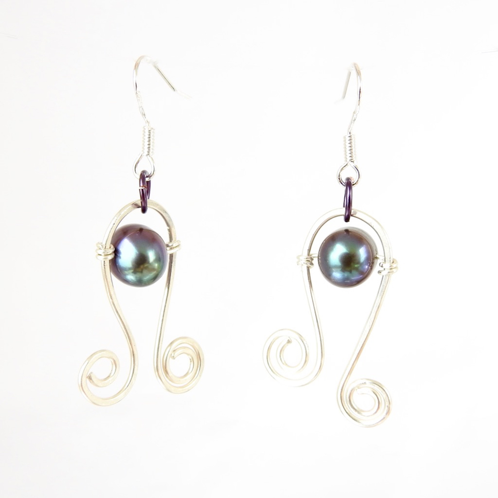 BlackPearlSilverCurlicueEarrings_WhiteCU